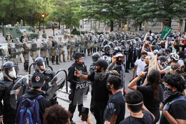 焦点:美警方发射橡胶子弹和催泪瓦斯 以驱散白宫附近和平示威群众