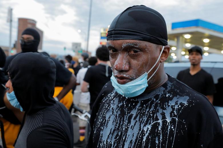 Minneapolis, Minnesota'daki bir miting sırasında 31 Mayıs 2020'de göz yaşartıcı gaz arıtmak için yüzünde süt bulunan bir adam görülür. REUTERS / Lucas Jackson