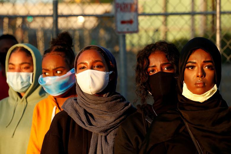 Kadınlar 30 Mayıs 2020, Minneapolis, Minnesota'da bir miting sırasında bakmaktadır. REUTERS / Lucas Jackson
