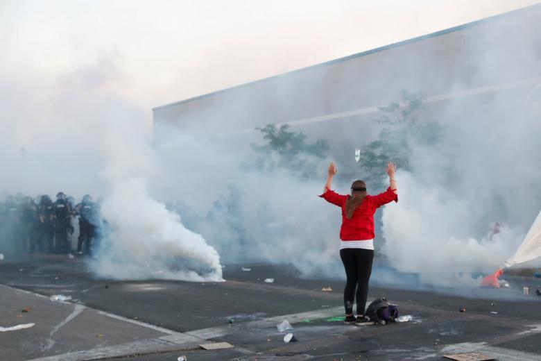 Bir gösterici 30 Mayıs 2020, Minneapolis, Minnesota'daki güvenlik güçlerinin önünde kollarını kaldırdı. REUTERS / Lucas Jackson