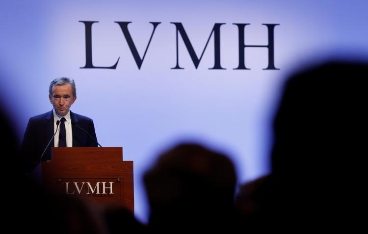 UPDATE 2-LVMH's Arnault mulls ways to renegotiate deal with Tiffany -sources