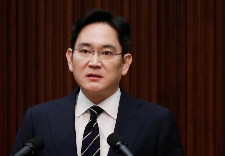 UPDATE 1-S.Korea seeks arrest warrant for Samsung heir in merger probe