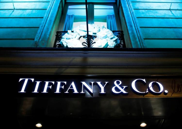 UPDATE 1-LVMH says it is not considering buying Tiffany shares via the market