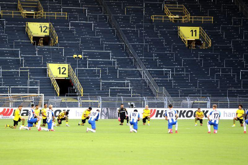 Soccer: Hertha and Dortmund gamers kneel in tribute to George Floyd