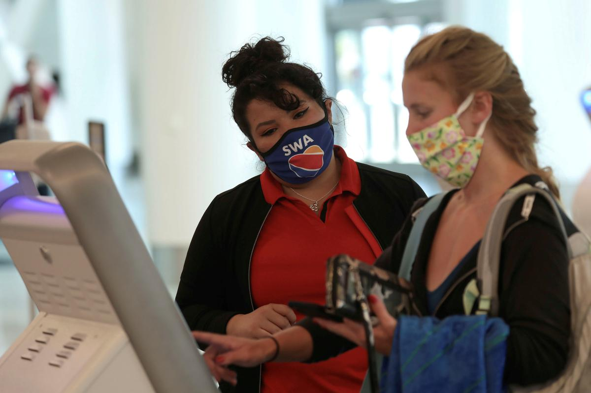 U.S. lawmaker says seeking bipartisan legislation on airline mask rules
