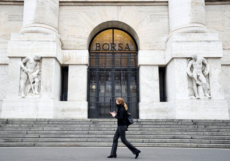 Borsa Milano in lieve calo, stornano banche, deboli energetici, giù Tim