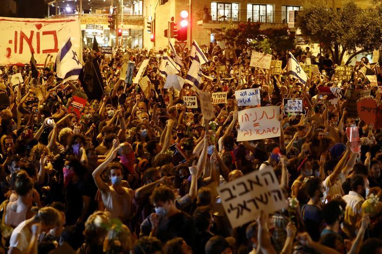 People protest against Prime Minister Benjamin Netanyahu and his government's handling of the coronavirus crisis, near Netanyahu's residence in Jerusalem July 24, <span dir=