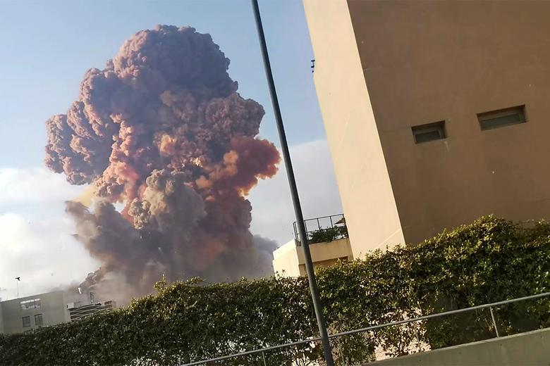 El humo se eleva después de una explosión en Beirut, Líbano, 4 de agosto de 2020. Karim Sokhn / Instagram / Ksokhn + Thebikekitchenbeirut / via REUTERS