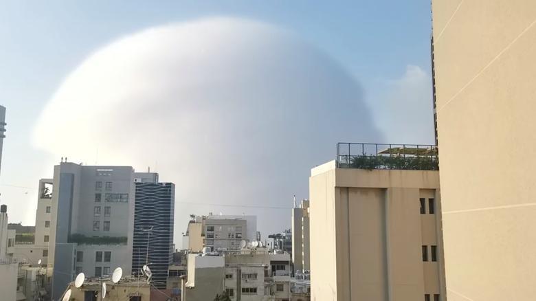 Se ve una onda de choque durante una explosión en Beirut, Líbano, 4 de agosto de 2020. Karim Sokhn / Instagram / Ksokhn + Thebikekitchenbeirut / vía REUTERS