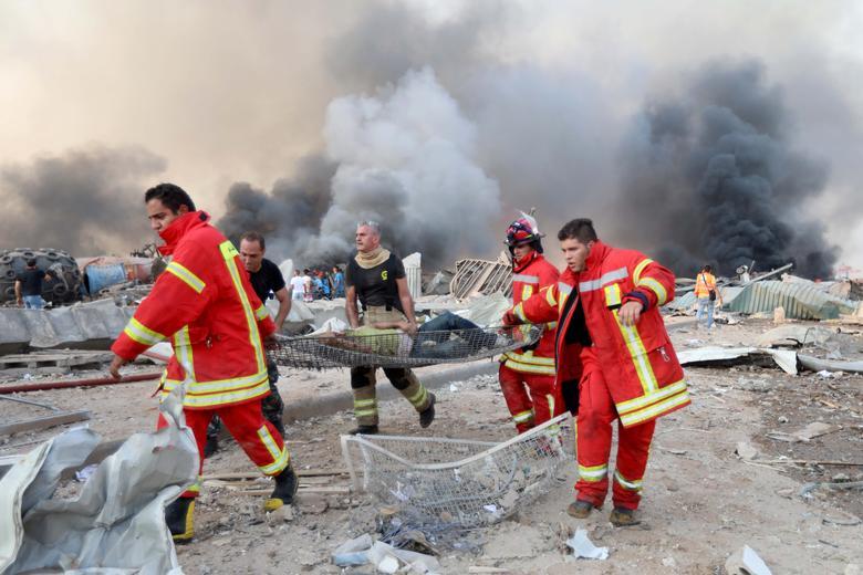 Un hombre es evacuado en el lugar de una explosión en Beirut, Líbano, 4 de agosto de 2020. REUTERS / Mohamed Azakir