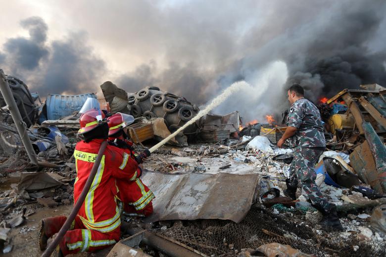 Los bomberos rocían agua en un incendio luego de una explosión en el área del puerto de Beirut, Líbano, 4 de agosto de 2020. REUTERS / Mohamed Azakir