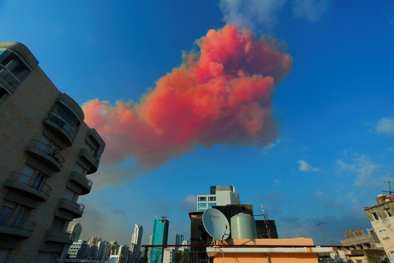 Se ve humo después de una explosión en Beirut, Líbano, 4 de agosto de 2020. Gaby Maamary / vía REUTERS