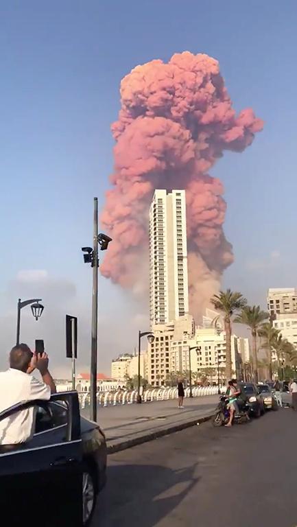 El humo se eleva después de una explosión en Beirut, Líbano, 4 de agosto de 2020. REUTERS