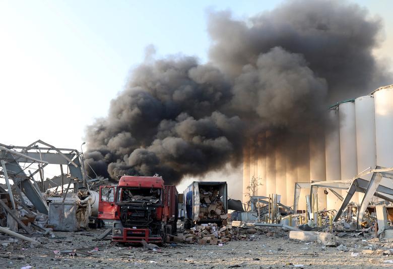 Beyrut liman bölgesinde, 4 Ağustos 2020'de meydana gelen patlama sonrasında duman ve hasar görülüyor. REUTERS / Mohamed Azakir