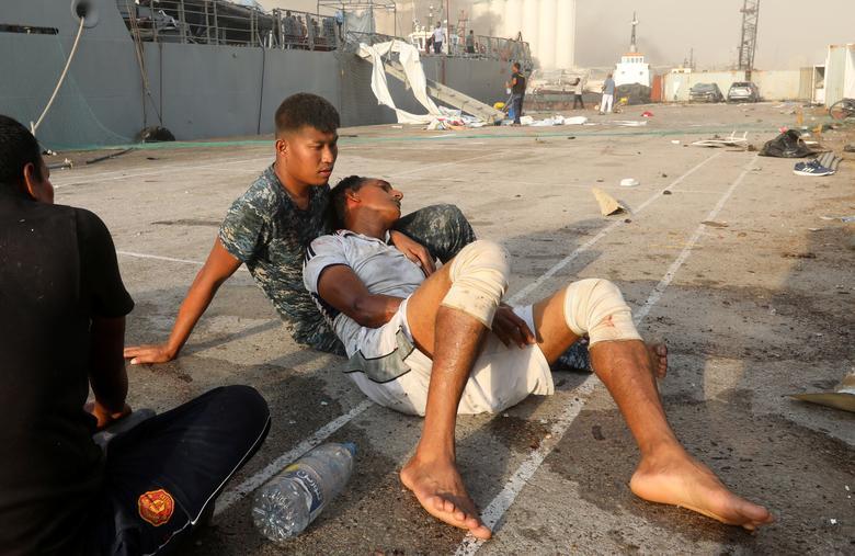 4 Ağustos 2020, Lübnan Beyrut'ta meydana gelen patlama sonrasında yaralı bir adam görüldü. REUTERS / Mohamed Azakir