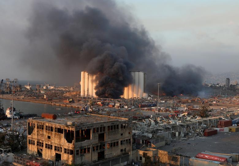 Beyrut liman bölgesinde, Lübnan'da 4 Ağustos 2020'de bir patlama meydana gelen duman yükseliyor. REUTERS / Mohamed Azakir
