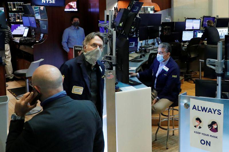 Уолл-стрит легла в дрейф, инвесторы ждут финансовой помощи
