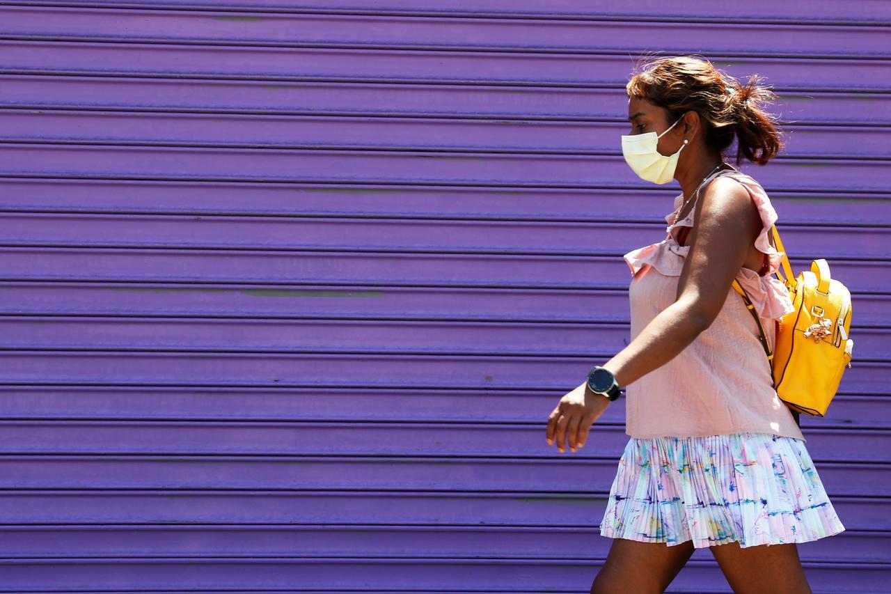 U.S. surpasses 160,000 coronavirus deaths as school openings near - Reuters 3