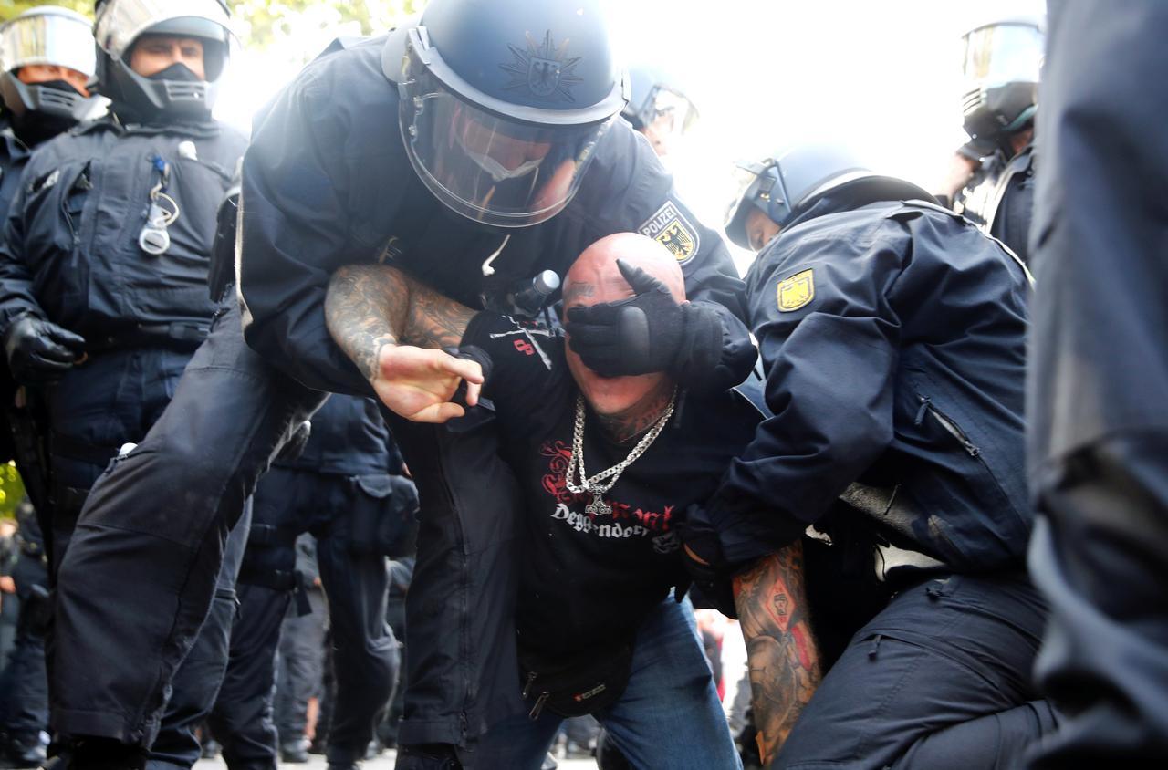 Berlin Police Arrest 300, Break Up Protest Against Curonavirus Restrictions