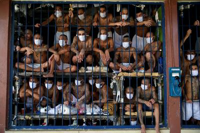 Gang members packed into El Salvador prison cells