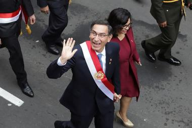 Foto de archivo. El presidente de Perú, Martín Vizcarra, y su esposa y...