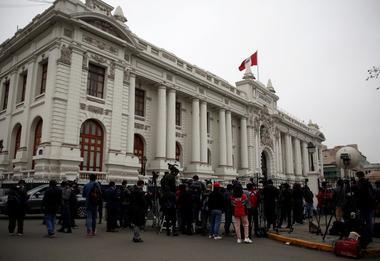 Foto del viernes de periodistas fuera del Congreso de Perú en Lima en medio...