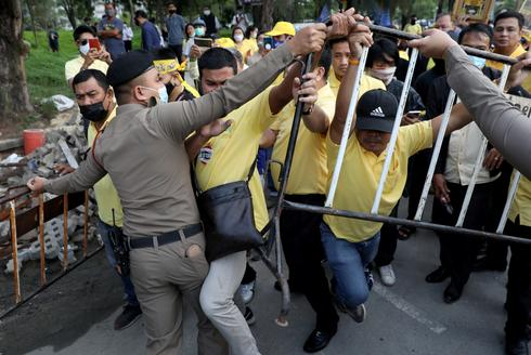 Thai royalists confront protesters in Bangkok
