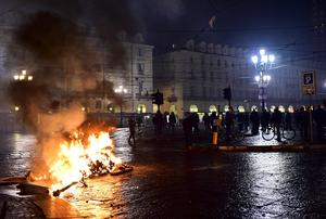 Anti-lockdown protests in Europe as COVID cases hit new records
