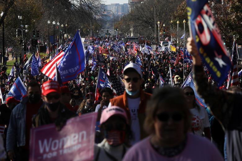 """Başkan Trump'ın destekçileri 14 Kasım'da Washington'da düzenlenen """"Çalmayı Durdurun"""" protestosuna katıldı. REUTERS / Leah Millis"""