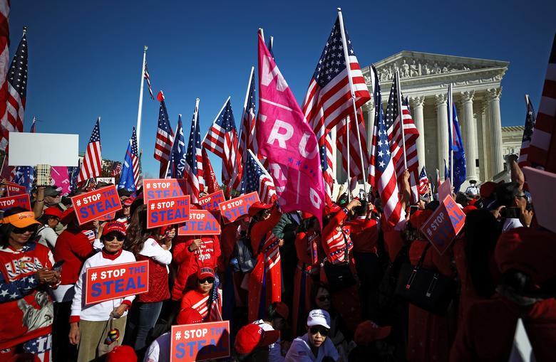 """Başkan Trump'ın destekçileri 14 Kasım'da Washington'da düzenlenen """"Çalmayı Durdurun"""" protestosuna katıldı. REUTERS / Hannah McKay"""