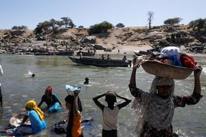 Ethiopians cross into Sudan to flee fighting
