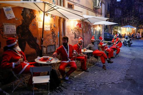 Italy enters Christmas lockdown
