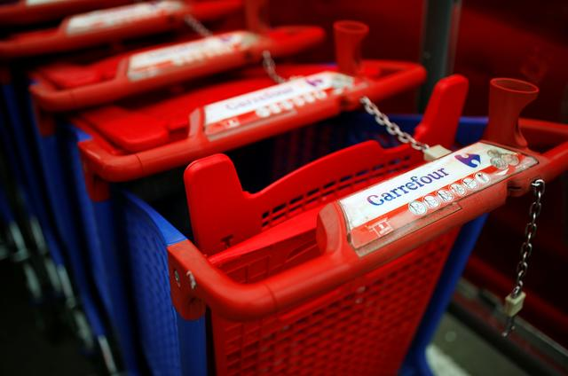 The Carrefour logo is seen on a shopping trolley at a Carrefour hypermarket store in Carquefou near Nantes, France January 13, 2021. REUTERS/Stephane Mahe