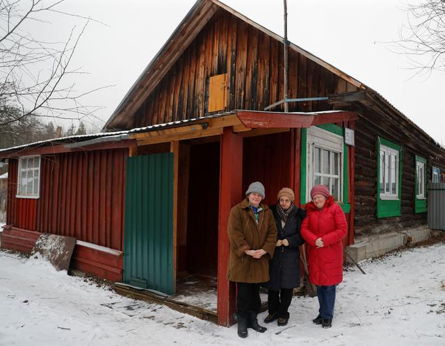 Elizaveta Mikhaylova, a victim of the Soviet mass political repressions known as the Great Terror, and and her daughters Nina and Vlada pose for a picture outside their house in the settlement of Zolotkovskiy Razyezd in Vladimir Region, Russia December 22, 2020.  REUTERS/Evgenia Novozhenina