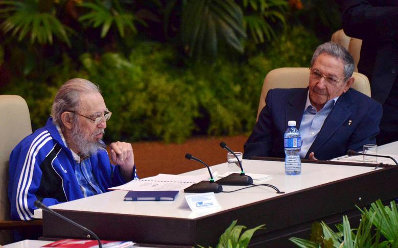 Kubas ehemaliger Präsident Fidel Castro sitzt neben seinem Bruder und Kubas Präsident Raul Castro während der Abschlusszeremonie des siebten Kongresses der Kommunistischen Partei Kubas (PCC) in Havanna, April 2016. | Bildquelle: REUTERS | Bilder sind in der Regel urheberrechtlich geschützt