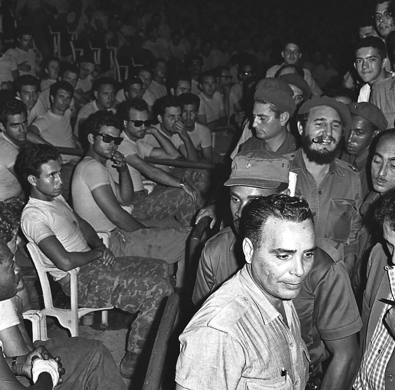 Fidel Castro (3. Reihe, R) betritt einen öffentlichen Prozess für gefangene Mitglieder (sitzend) der gescheiterten Schweinebucht-Invasion in Havanna, April 1961. | Bildquelle: REUTERS | Bilder sind in der Regel urheberrechtlich geschützt