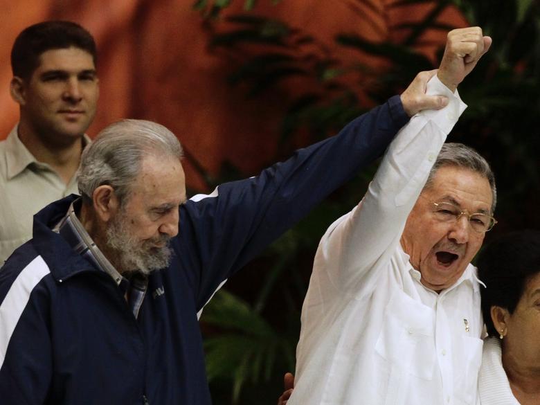 Der ehemalige kubanische Führer Fidel Castro hält den Arm seines Bruders, Kubas Präsident Raul Castro, während der Abschlusszeremonie des sechsten Kongresses der Kommunistischen Partei Kubas (PCC) in Havanna, April 2011. | Bildquelle: REUTERS | Bilder sind in der Regel urheberrechtlich geschützt