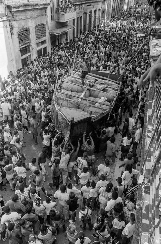 Hunderte von Kubanern beobachten, wie ein behelfsmäßiges Boot von Emigranten durch die Stadt getragen wird, um in die Straße von Florida in Richtung USA zu fahren, am letzten Tag des kubanischen Exodus 1994 in Havanna, September 1994. | Bildquelle: REUTERS | Bilder sind in der Regel urheberrechtlich geschützt