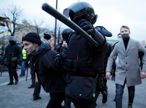 Russia arrests over 1,000 at rallies for hunger-striking Navalny