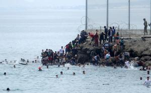 Spanish troops deploy after thousands of migrants swim from Morocco