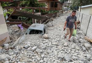 Russian military clears up flood damage in annexed Crimea