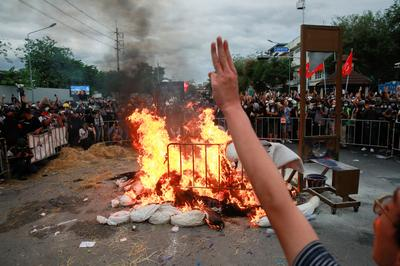 Thai protesters clash with police near Government House