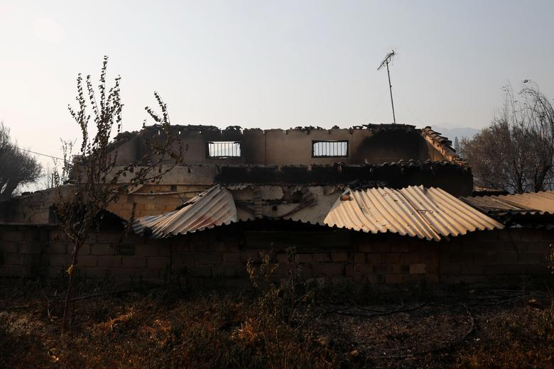 Yunanistan'ın Patras kenti yakınlarındaki Ziria köyü yakınlarında orman yangını olarak yanan bir evin genel görünümü, 1 Ağustos 2021. REUTERS/Costas Baltas