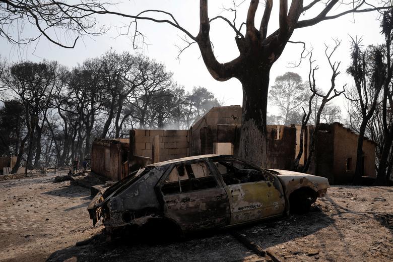 1 Ağustos 2021, Yunanistan, Patras yakınlarındaki Labiri köyü yakınlarında orman yangını sırasında yanmış bir arabanın genel görünümü. REUTERS/Costas Baltas