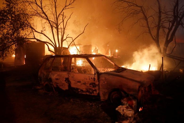 Atina, Yunanistan'ın kuzeyindeki Nea Kifisia banliyösünde 3 Ağustos 2021'de çıkan bir orman yangını sırasında bir arabanın yandığı görülüyor. REUTERS/Costas Baltas