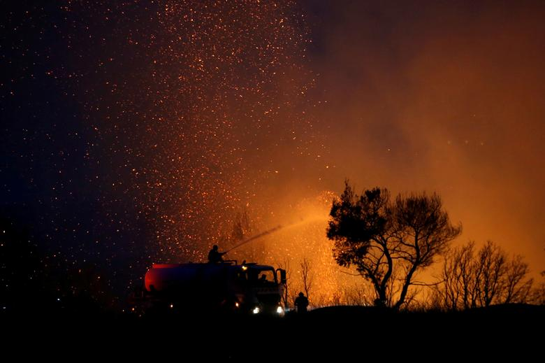 İtfaiyeciler Atina'nın kuzeyindeki Varympompi banliyösünde çıkan orman yangınını söndürmeye çalışıyor, Yunanistan, 3 Ağustos 2021. REUTERS/Costas Baltas