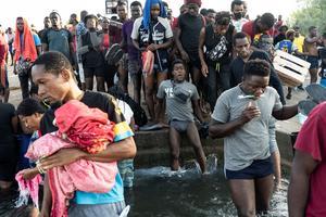 Over 10,000 migrants sleeping under Texas bridge