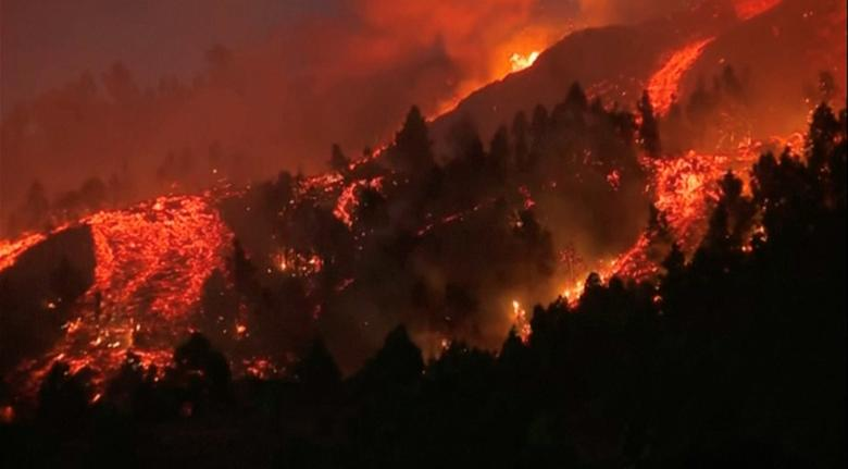 La Palma'nın Kanarya Adası'ndaki El Paso'daki Cumbre Vieja milli parkındaki bir yanardağdan lav dökülüyor, 19 Eylül. FORTA/REUTERS aracılığıyla