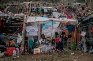 Thousands of migrants desperately seek shelter under Texas border bridge